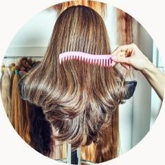 rozczesywanie włosów grzebieniem